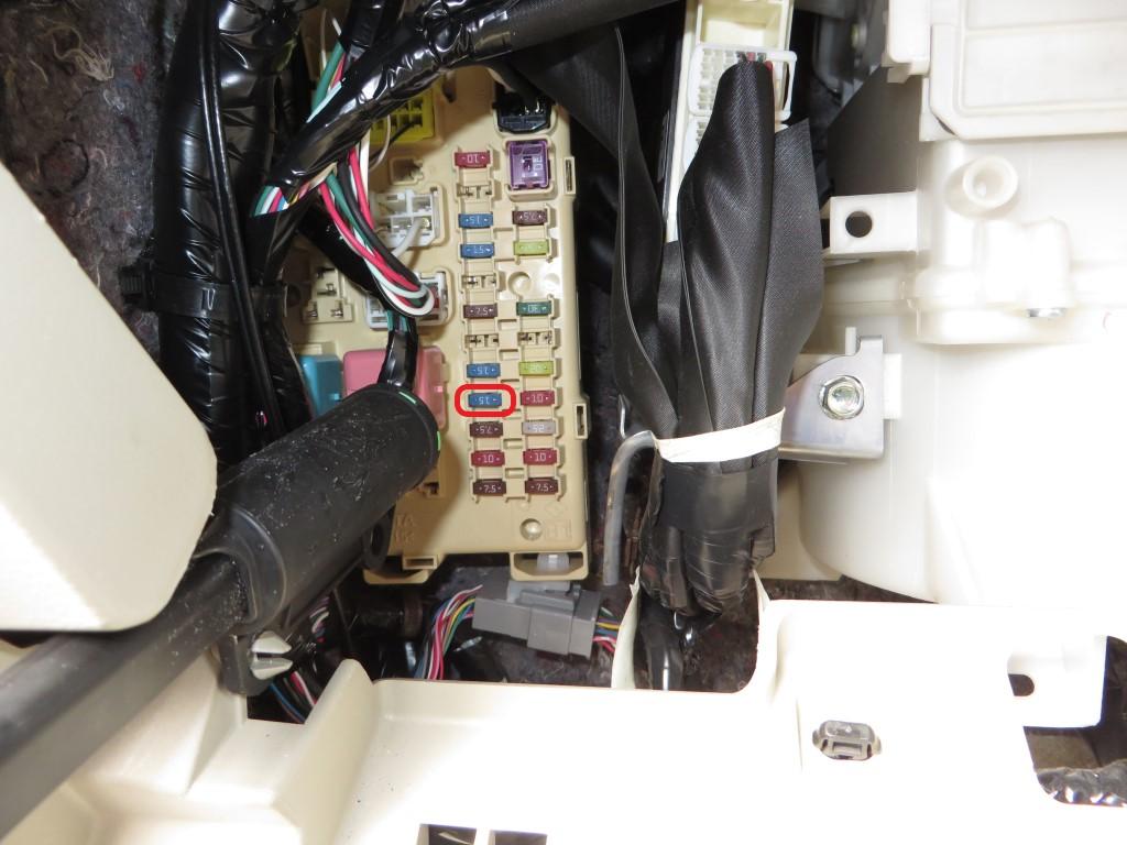 ヒューズボックスに電源取り出しヒューズを取り付ける